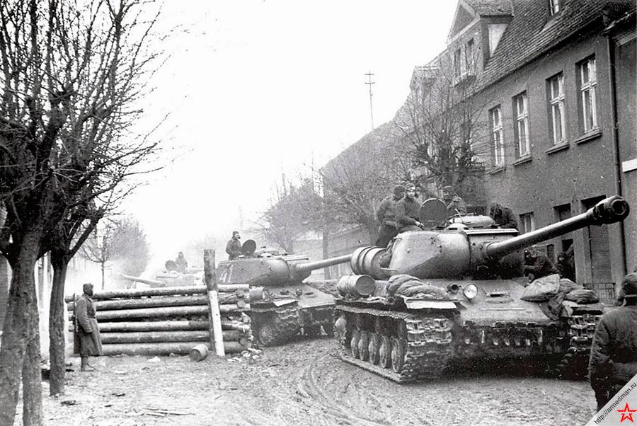 Колонна советских тяжелых танков ИС-2 на марше в Восточной Померании. 1-й Белорусский фронт, март 1945 года.