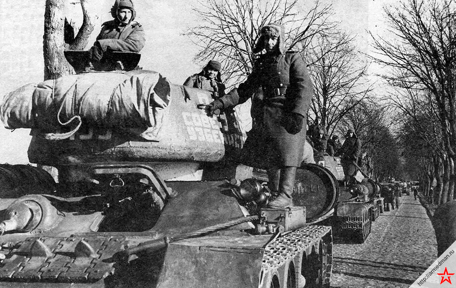 Снимок сделан в марте 1945 года. На марше танковая колонна «20 лет Советского Узбекистана» состоящая из танков Т-34-85 построенных на средства жителей Республики Узбекистан. 2-й Белорусский фронт.