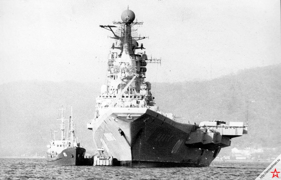 Вид со стороны носа на ТАКР «Минск».  При всех «детских болезнях» нового для СССР класса кораблей, «Кречеты» все же представляли собой грозное оружие