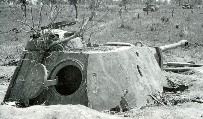 Pantherturm в чистом поле. Напротив видны английские пехотные танки «Черчиль»