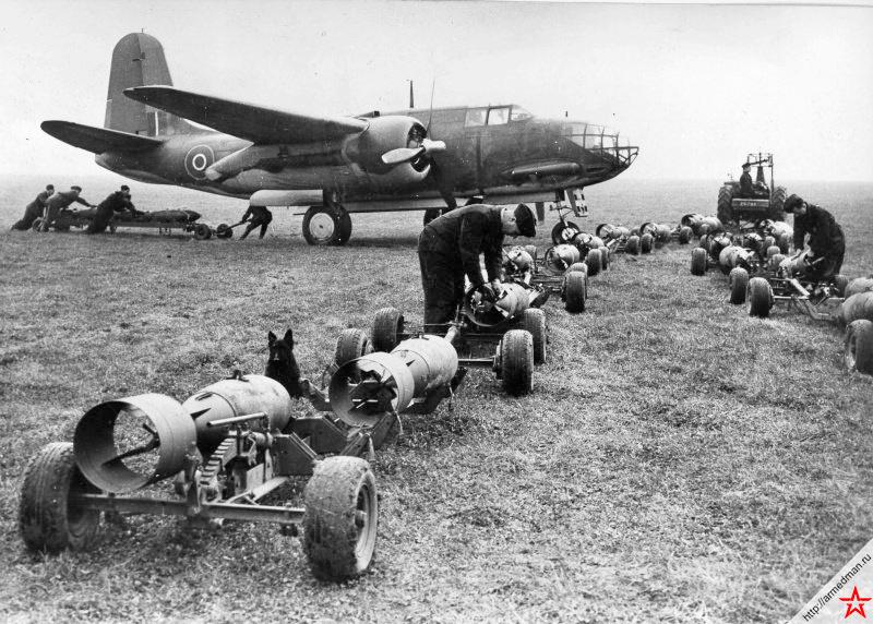 Загрузка авиабомб в британский бомбардировщик американской постройки A-20 «Бостон». Великобритания, 1942 г.