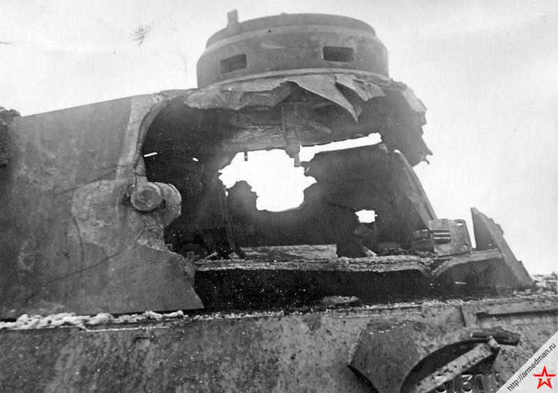 Результат попадания осколочно-фугасного снаряда самоходки ИСУ-152 с дистанции 1200 метров, по башне немецкого танка Pz.V «Пантера». Кажется, что снаряд даже не заметил преграды и полетел дальше.