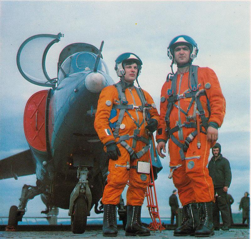Военные лётчики с противолодочного крейсера «Киев» (Скан из фотоальбома «Военно-морской флот СССР» 1982 г.).