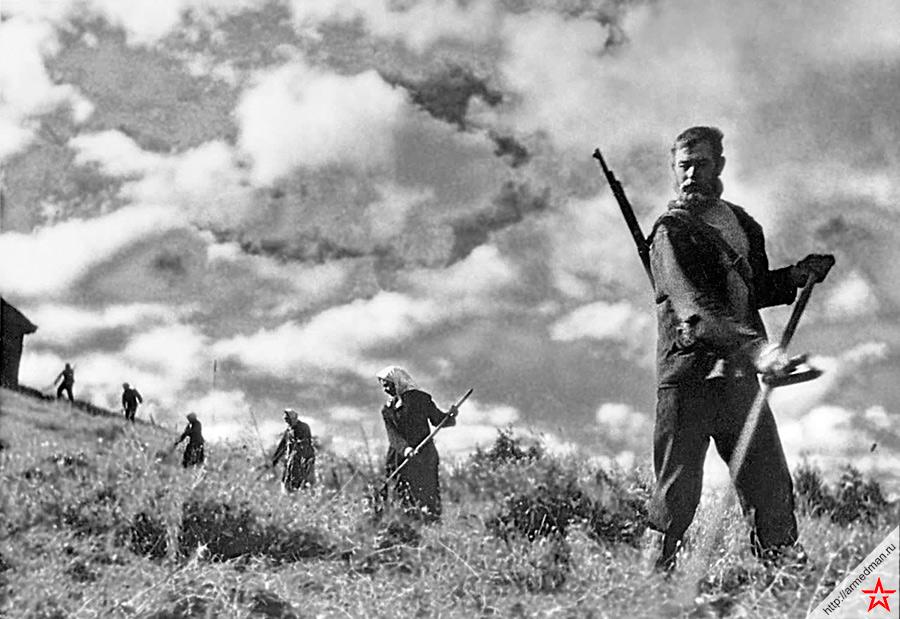 Советские партизаны во время сенокоса, 1942 год.