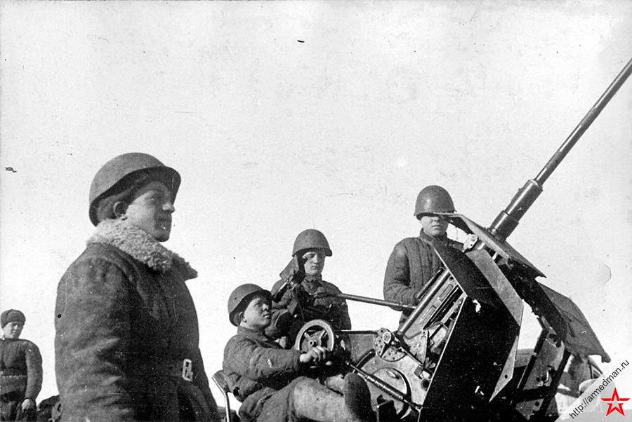 Весьма полезный в хозяйстве трофей - немецкая зенитная 20-мм пушка FlaK 30 с советскимй расчетом