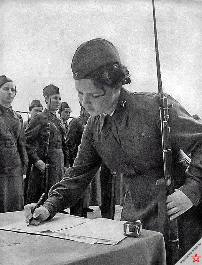 Для женщин в Красной Армии времен Великой Отечественной войны существовали не только специальности типа связистки или медсестры, но и линейные стрелковые части. 1-ая отдельная женская добровольная стрелковая бригада, например, состояла из 7 батальонов, и имела 7000 личного состава.