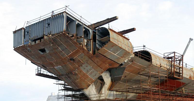 Монтаж фирменного трамплина для самолетов на носовую часть авианосца «Викрамадитья».