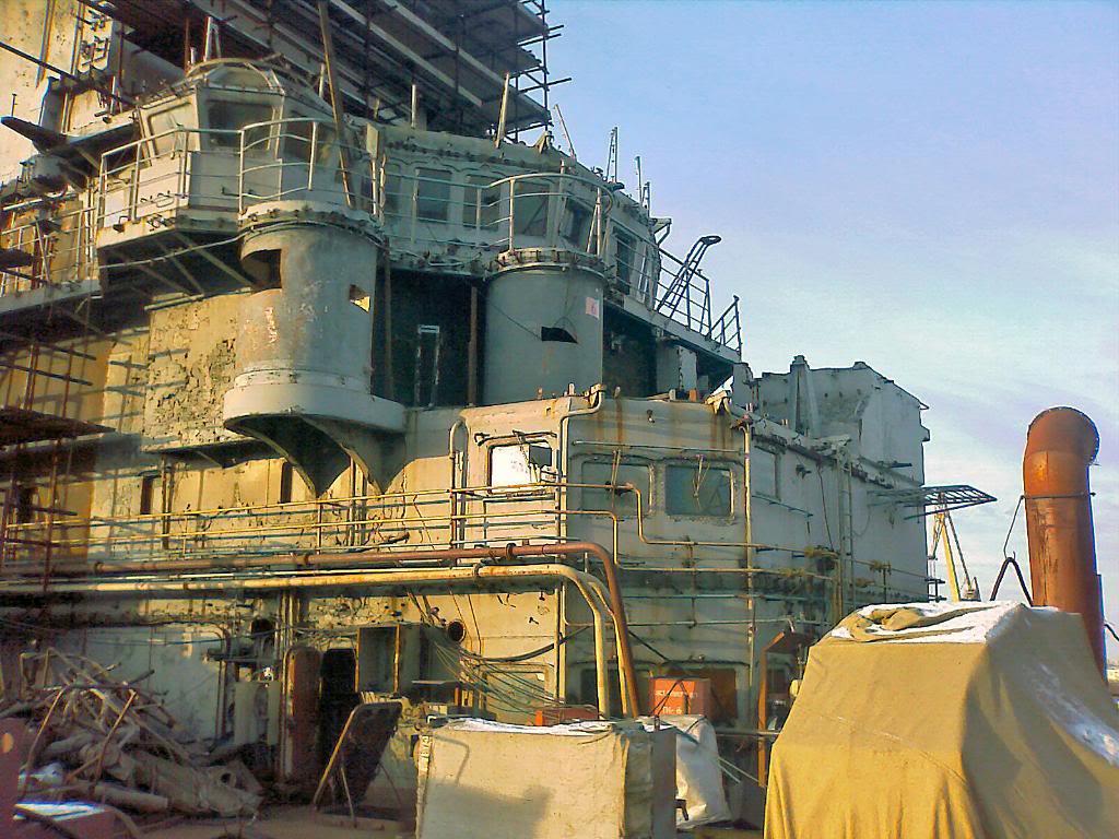 На палубе индийского авианосца пока ещё царит рабочий беспорядок