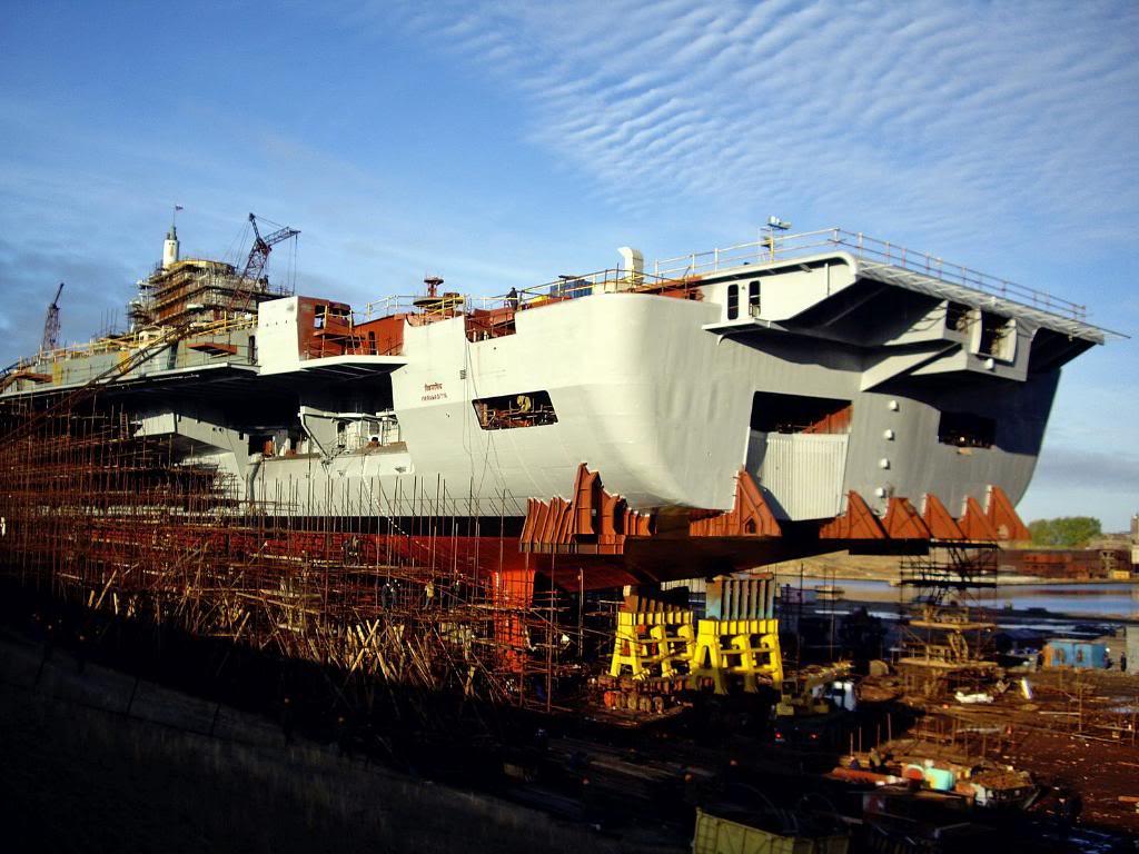 Корма авианосца «Викрамадитья», свежеокрашенная, к тому же украшенная новым именем корабля