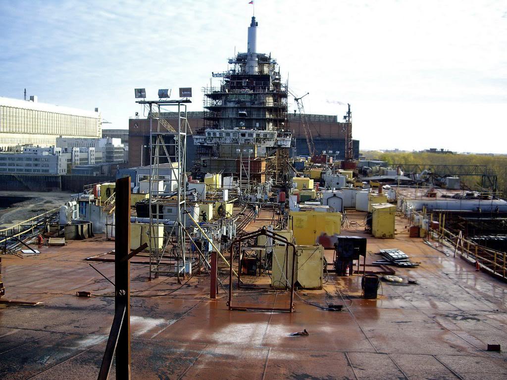Работы на палубе «Викрамадитья» продолжаются, на рубке корабля пока ещё не смонтированы антенны