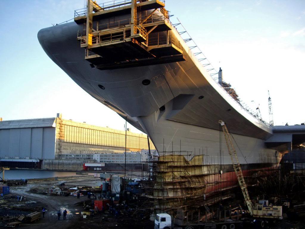 Заканчиваются работы над трамплином авианосца, смонтированном в носовой части корабля