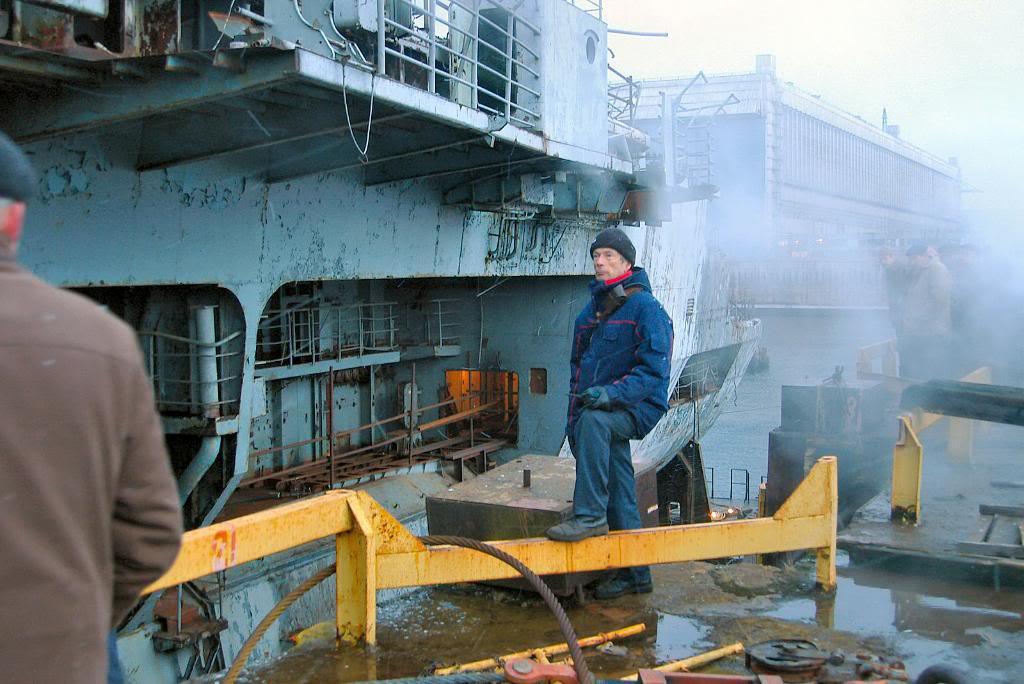Технические работы на палубе крейсера «Адмирал Горшков»