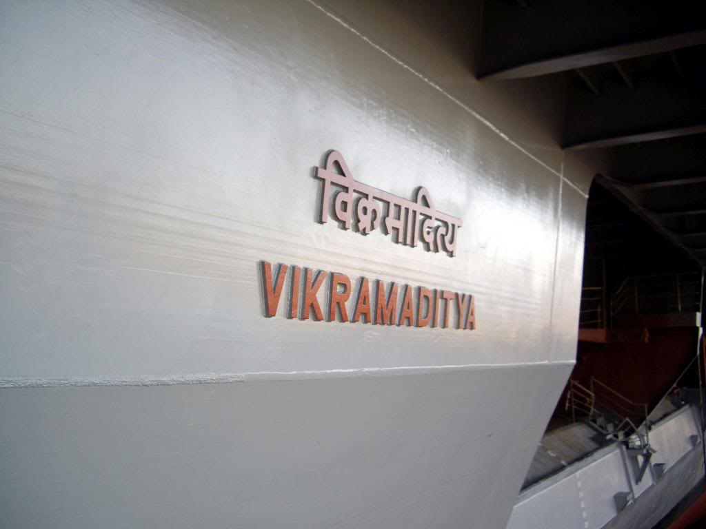 Название корабля - «Викрамадитья» написанное на санскрите и на английском языке. Кстати, само слово Викрамадитья - это имя одного из легендарных индийских царей-героев прошлого