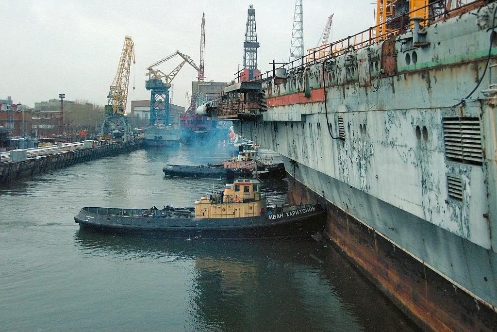 Буксиры у борта ТАКР «Адмирал Горшков»