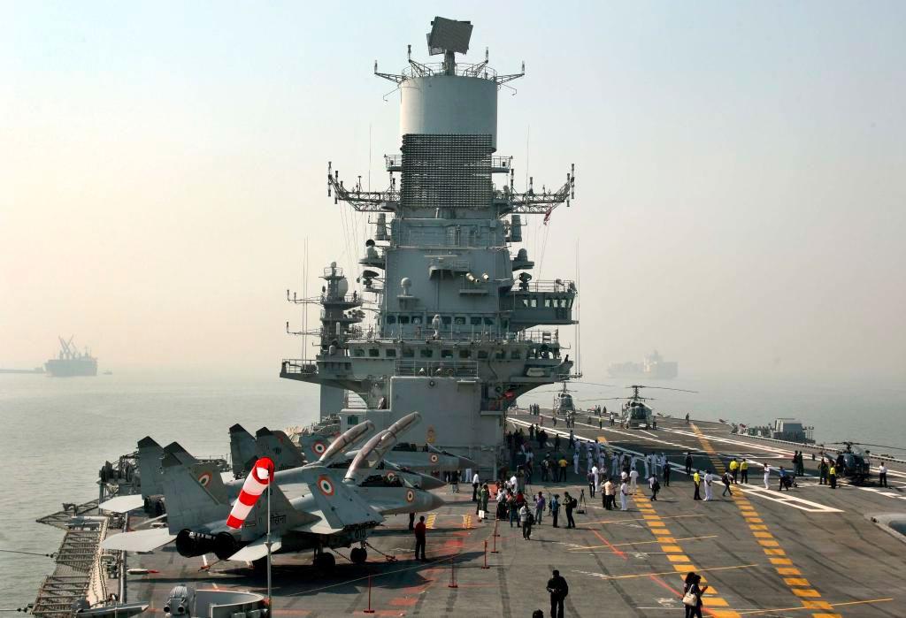 Вид с палубы на надстройку индийского авианосца «Викрамадитья»