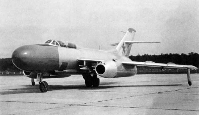 Две характерные особенности перехватчика Як-25 - круглая антенна РЛС на носу самолета, и два небольших поддерживающих колесика-шасси на законцовках крыльев
