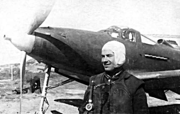 Н. Г. Голодникове рядом с истребителем P-39 «Аэрокобра»