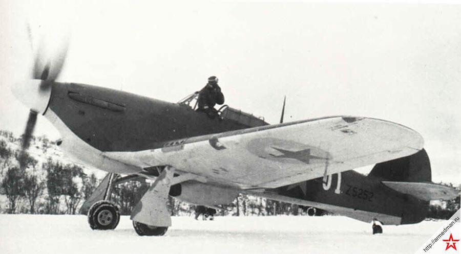 Английский истребитель «Харрикейн» на русском севере. Хорошо видно, что звезды на крыльях нанесены на закрашенные эмблемы королевских ВВС
