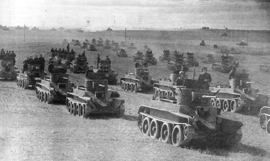 Советские танки БТ-5 должны были стать по замыслу стратегов «новой кавалерией» полей сражений.
