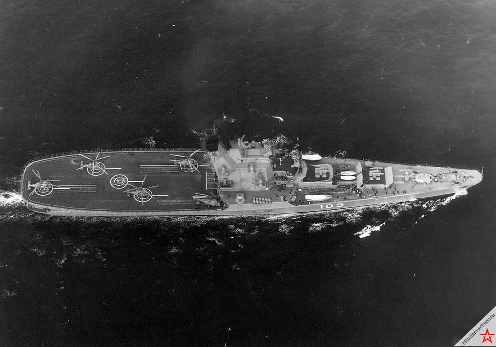 Крейсер-вертолетоносец «Москва», вид сверху позволяющий детально разглядеть, что происходит на палубе корабля