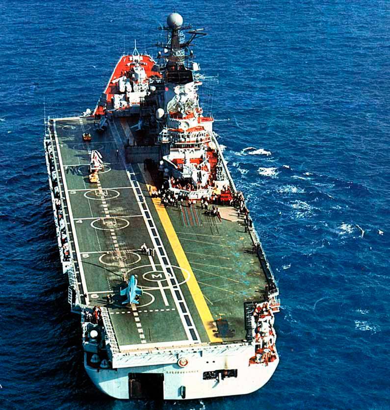 «Новороссийск» - несмотря на внешнюю схожесть с «Минском» и «Киевом», совершенно другой корабль, уже больше напоминающий авианосец, чем ракетный крейсер