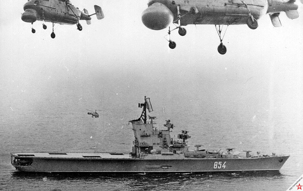 Противолодочный крейсер проекта 1123 «Москва» и его авиагруппа в воздухе. 1972 г.
