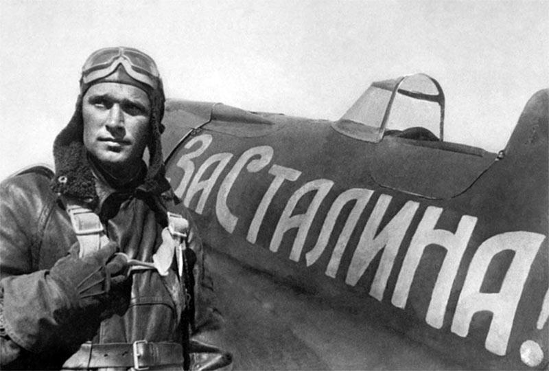 Сафонов Борис Феоктистович рядом со своим истребителем И-16 (надпись на боку: «За Сталина!»). Снимок Е. Халдея