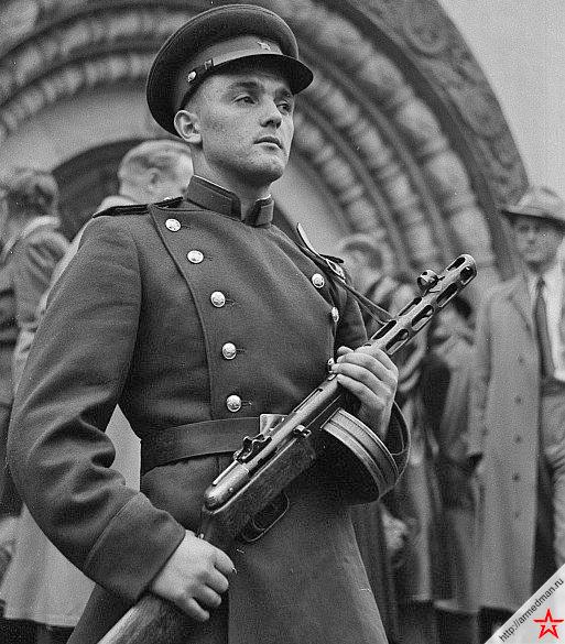 Советский солдат с пистолет-пулеметом ППШ-42