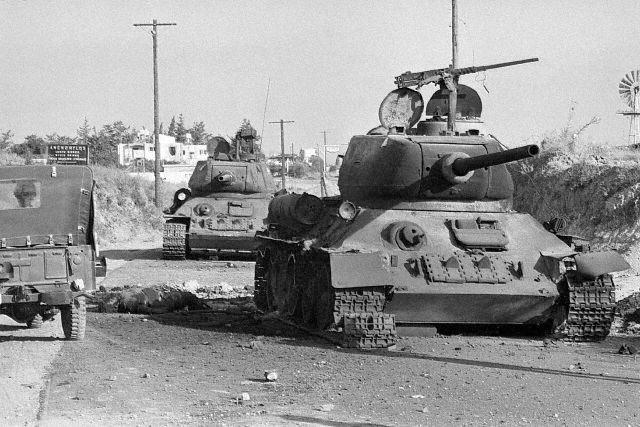 Брошенные танки Т-34-85 киприотов. Большая часть принадлежащих им танков была предельно изношена и нуждалась в серьезном ремонте