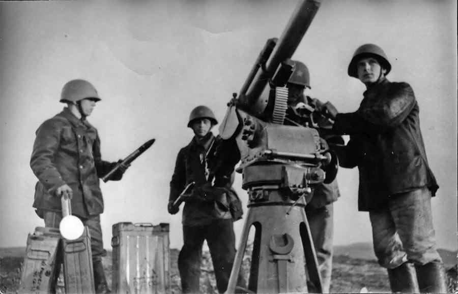 Тренировка расчета универсальной пушки 21-К на подводной лодке Щ-214