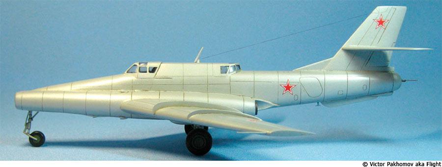 А это реактивный штурмовик Ил-42. Сразу бросается в глаза, что носовая часть самолета заметно длиннее.