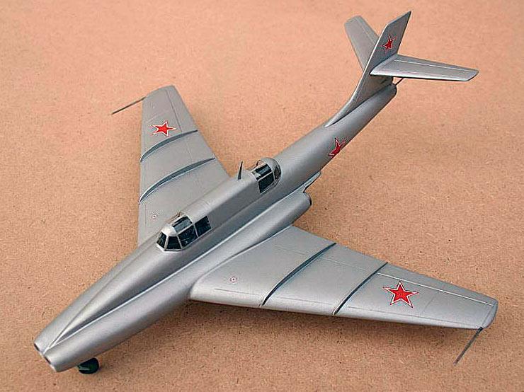 Один из вариантов штурмовика Ил-40 обладал весьма экстравагантными формами: воздухозаборники его двигателей располагались не на крыльях, а в носовой части фюзеляжа!