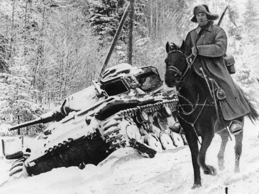 Бравый красный конник на фоне разбитого немецкого танка