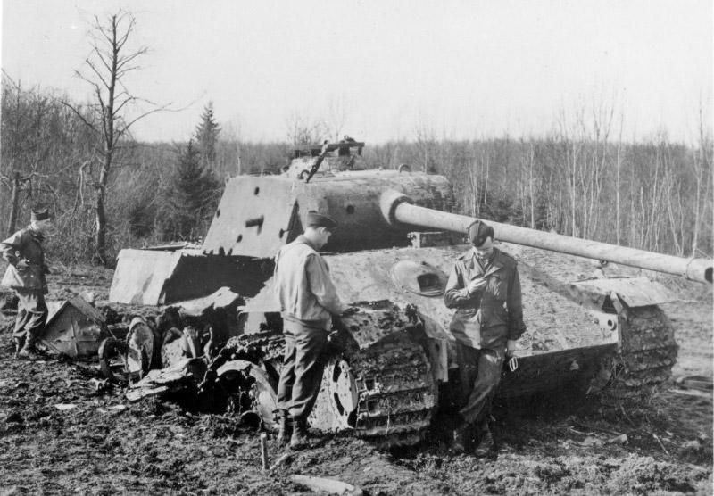 Американские солдаты осматривают подбитый немецкий танк Pz.V «Пантера»