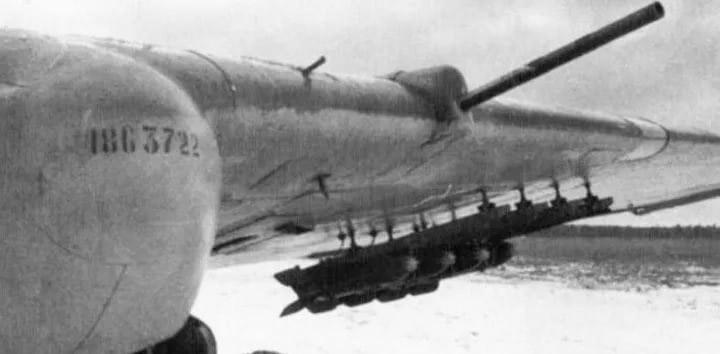 Реактивные снаряды РС-82 под крылом штурмовика Ил-2.