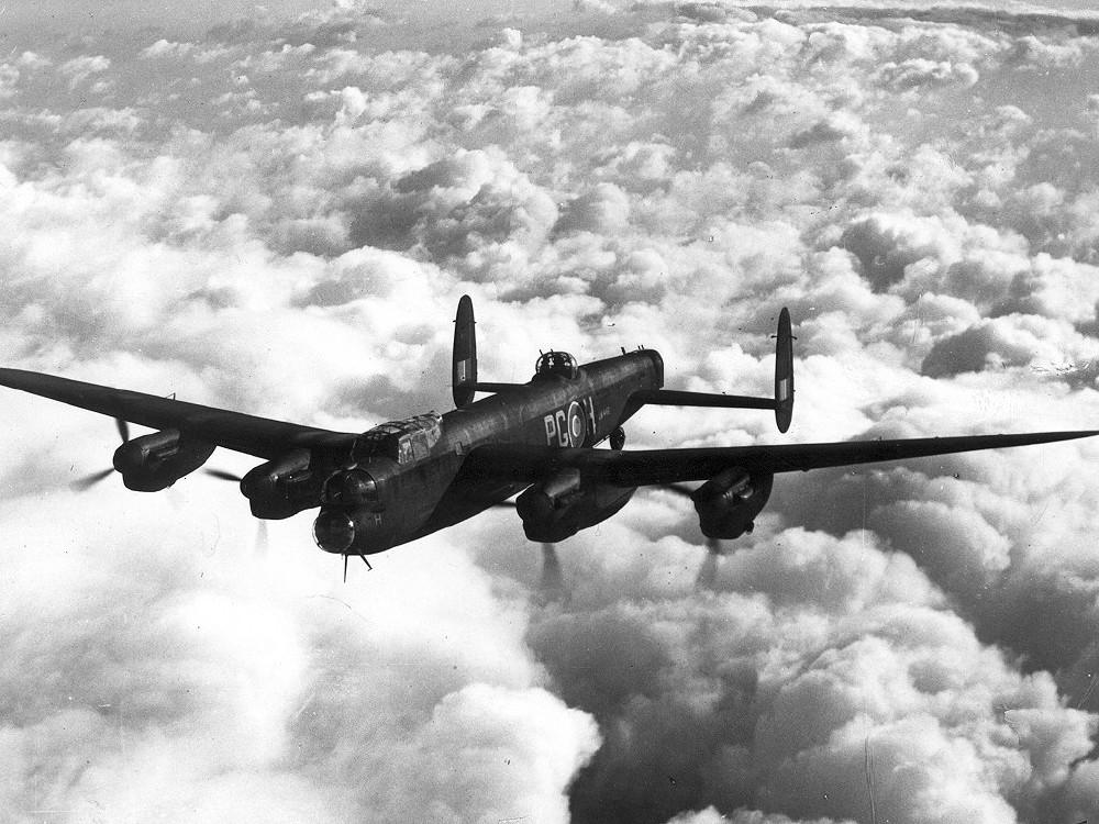 Британский тяжелый бомбардировщик Авро 683 Ланкастер.
