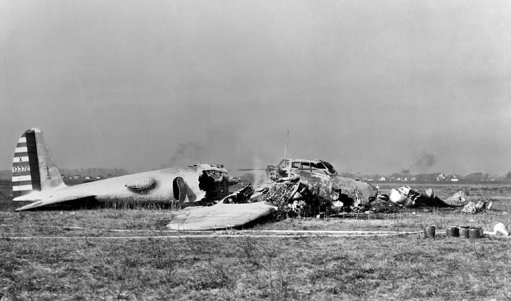Всё что осталось после аварии прототипа будущей «Летающей крепости» XB-17 (Модель 299) загоревшейся после аварии.