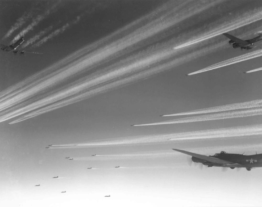 Американские бомбардировщики B-17 «Летающая крепость» из 92-ой бомбардировочной  группы.