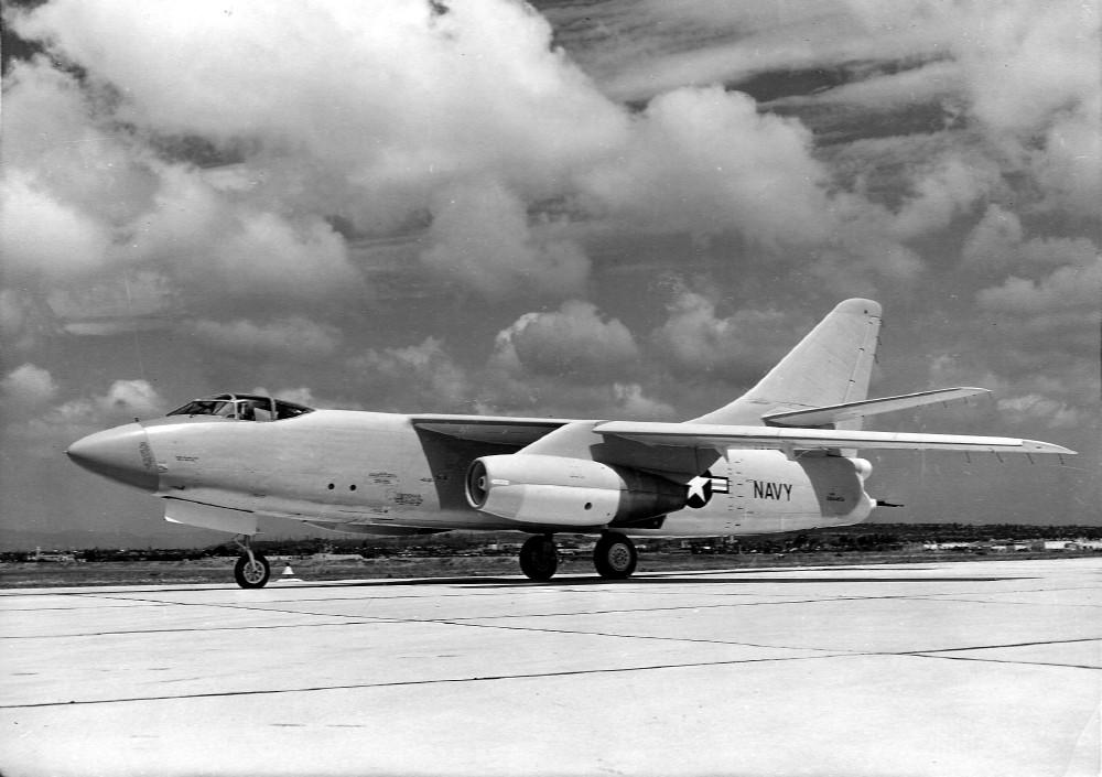 «Кит» или палубный бомбардировщик Дуглас A-3 «Skywarrior».