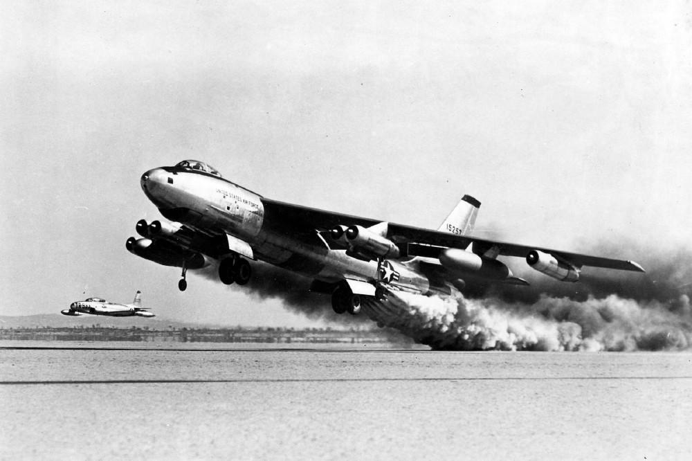 Бомбардировщик Boeing B-47E-65-BW взлетает с помощью ракетных ускорителей