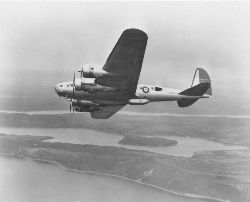 Бомбардировщик B-17С «Летающая крепость» с опознавательными знаками британских королевских ВВС
