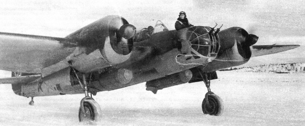 Советский бомбардировщик СБ-2М перед вылетом, зима 1941 г.